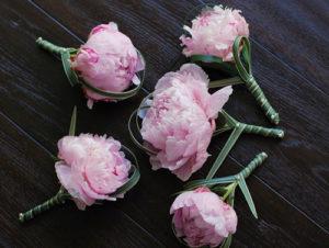 hoa cưới của chú rể dùng hoa mẫu đơn
