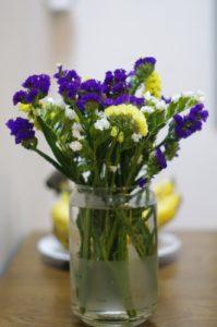 lọ hoa salem đơn giản tại bàn ăn